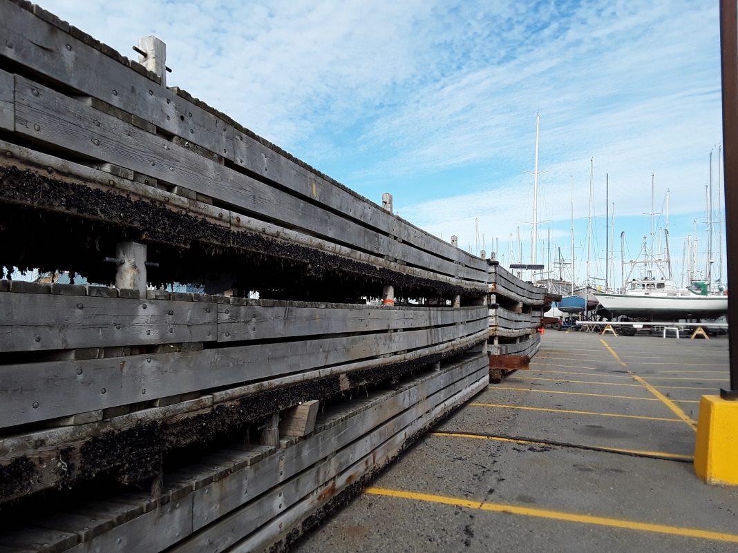Les vieux pontons occupent une partie de la marina. (Photo journallesoir.ca, Pierre Michaud)