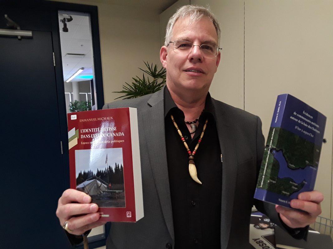 Jocelyn Rioux montre des ouvrages en lien avec la reconnaissance des droits autochtones. ( Photo journallesoir.ca, Pierre Michaud)
