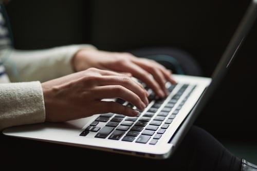 Les risques de cybercriminalité envers les enfants augmentent en saison estivale
