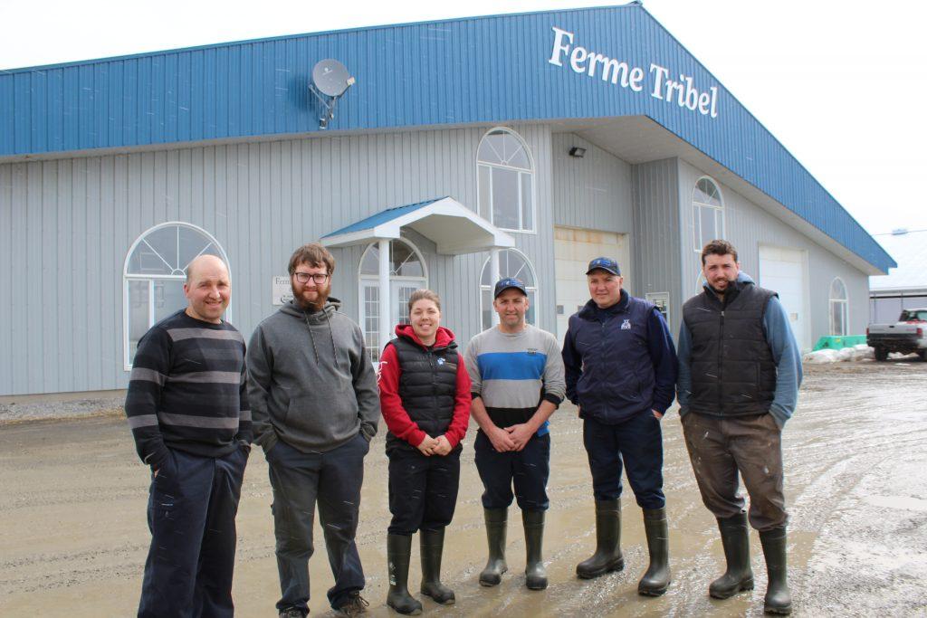 Les trois frères Lebel en compagnie des membres de la relève qui sont présentement employés à temps plein à la ferme. - Photo Hugues Albert