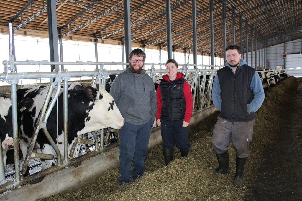 David, Élodie et Cédric Lebel deviendront partenaires chez Ferme Tribel en janvier prochain. - Photo Hugues Albert
