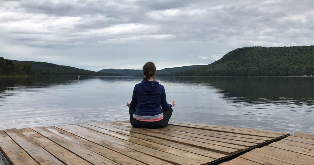 Méditation sur le bord du lac
