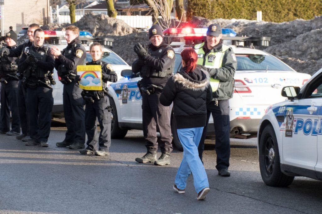 Au tour des policiers de Rimouski de rendre hommage au personnel de la santé