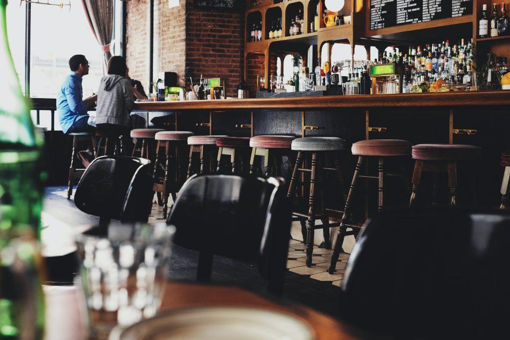Des propriétaires de bars invités à rentrer dans le rang