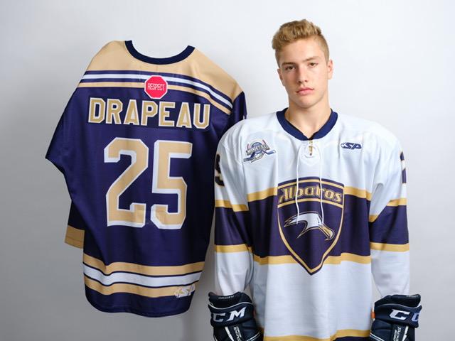 Les élu-e-s de Mont-Joli derrière le jeune hockeyeur Nathan Drapeau