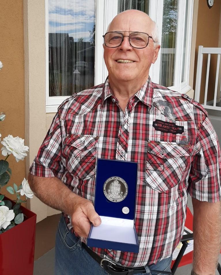 Denis Ross reçoit la médaille du Lieutenant-gouverneur