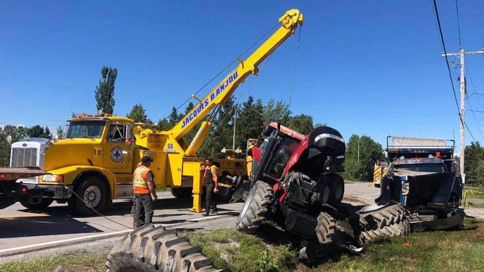 Accident impliquant un tracteur de ferme et un camion lourd
