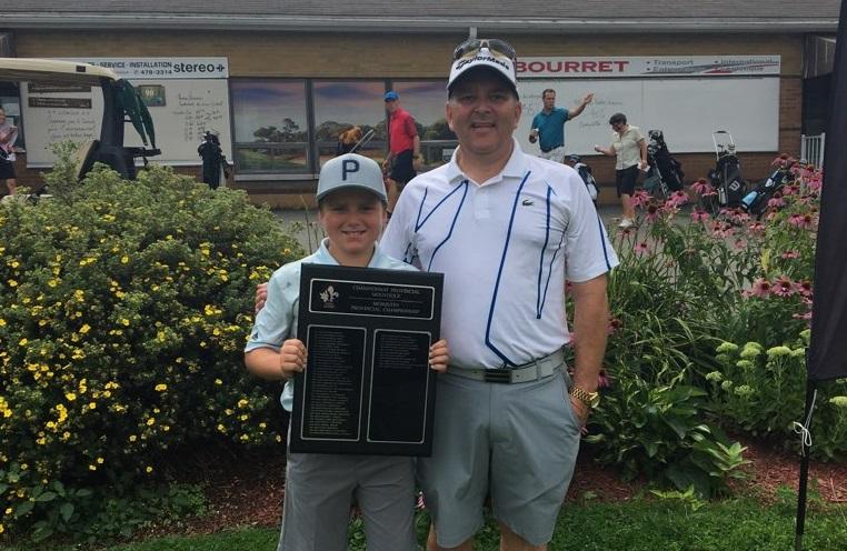 Un jeune golfeur suit les traces de son père
