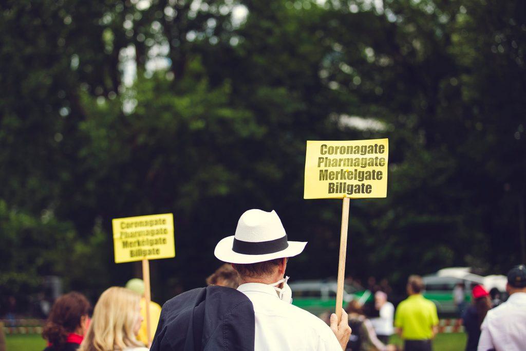 Les anti-masques, le complotisme et le débat public - première partie