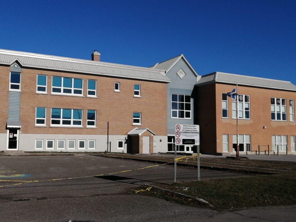 37 nouveaux cas positifs, d'autres écoles touchées et un décès de plus
