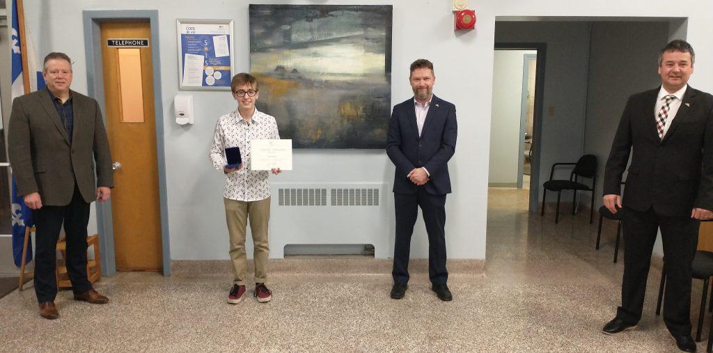Jason Bernier reçoit la Médaille académique du Gouverneur général