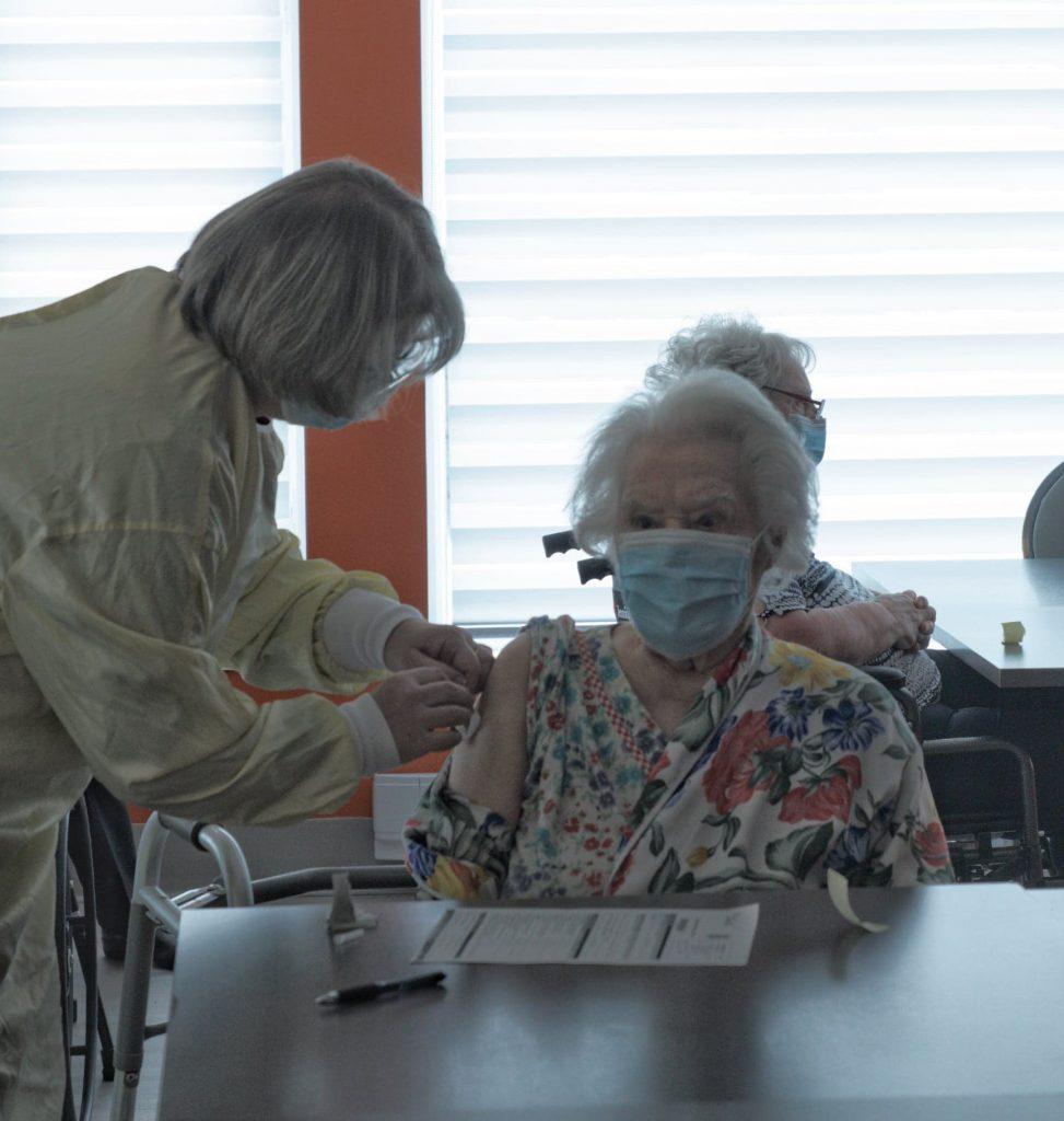 Une centenaire vaccinée contre la COVID-19