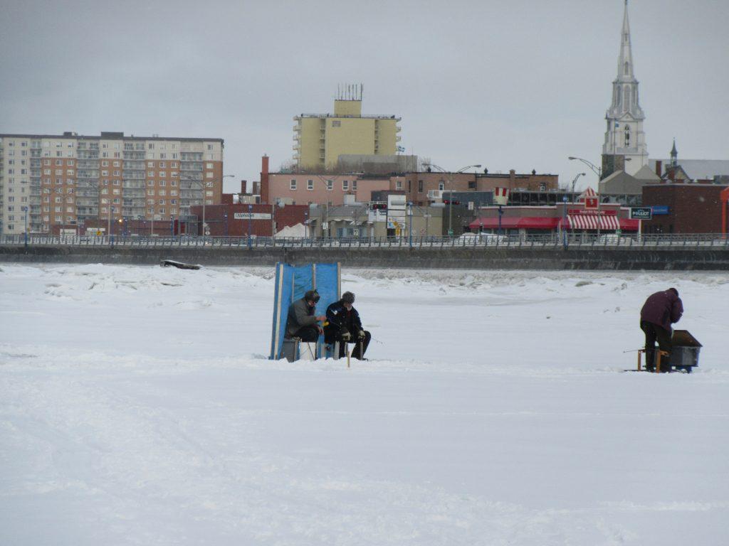 L'absence du pont de glace retarde la pêche en cabane en face de Rimouski