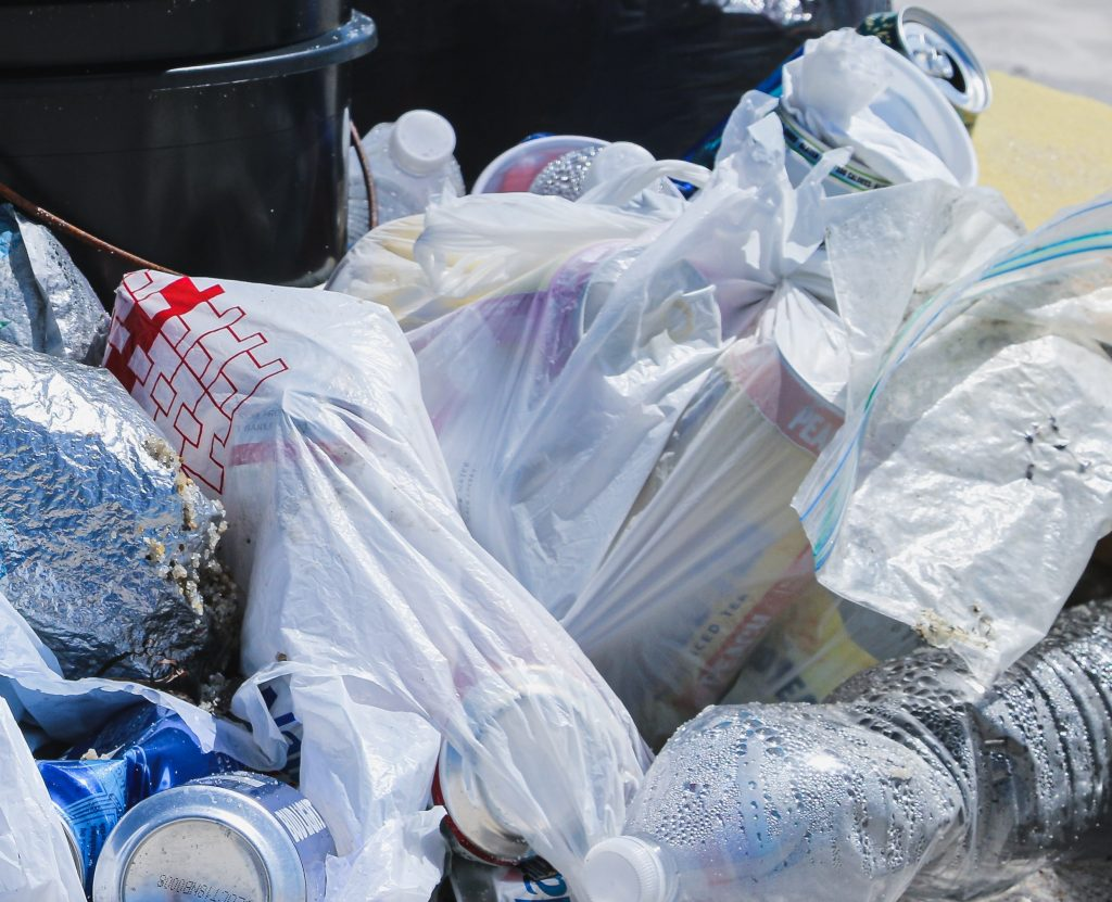 Sacs de plastique bannis : entrée en vigueur toute en douceur